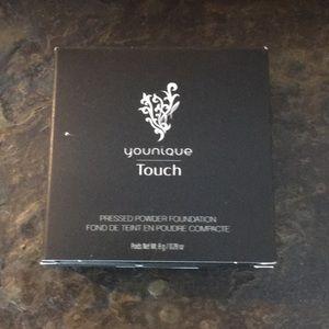 Younique presses powder